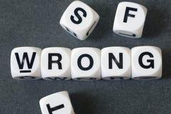 Wort falsch auf Spielzeugwürfeln stockfoto