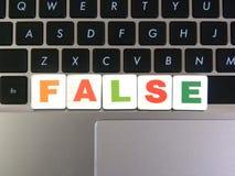 Wort falsch auf Tastaturhintergrund lizenzfreie stockfotografie