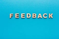 Wort-Feedback auf blauem Hintergrund lizenzfreie stockfotos