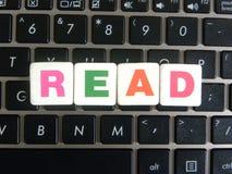 Wort gelesen auf Tastaturhintergrund lizenzfreie stockfotos