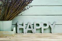 Wort glücklich und Bündel Lavendelblumen Lizenzfreies Stockfoto