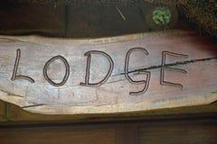 Wort HÄUSCHEN graviert im Holz stockbilder