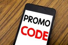 Wort, Handschrift Promo-Code schreibend Geschäftskonzept für Förderung für das on-line-Geschäft geschrieben auf das Handymobiltel Stockbild
