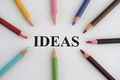 Wort-Ideen und bunte Bleistifte Lizenzfreies Stockfoto