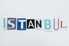 Wort Istanbul schnitt von der Zeitung auf Büttenpapier Lizenzfreie Stockbilder