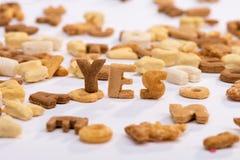Wort ja und gesundes Frühstückskost- aus Getreidealphabet lokalisiert auf Weiß Stockfotografie