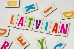 Wort Latvian gemacht von den bunten Buchstaben stockfotografie