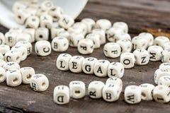 Wort LEGAL auf altem Holztisch Lizenzfreie Stockfotografie