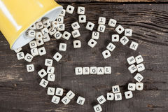 Wort LEGAL auf altem Holztisch Stockfotos