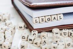 Wort LEGAL auf weißem Holztisch Stockfotos