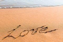 Wort LIEBE auf Sand Lizenzfreie Stockfotografie