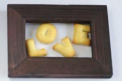 Wort LIEBE, die von den Crackern gemacht wird, ist im Feld Stockfoto