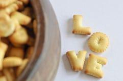 Wort LIEBE gemacht von den Crackern Lizenzfreie Stockbilder