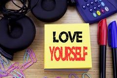 Wort, Liebe sich schreibend Geschäftskonzept für positiven Slogan für Sie geschrieben auf klebriges Briefpapier auf dem hölzernen Stockbilder