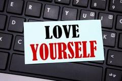 Wort, Liebe sich schreibend Geschäftskonzept für positiven Slogan für Sie geschrieben auf klebriges Briefpapier auf dem schwarzen Lizenzfreies Stockbild