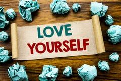 Wort, Liebe sich schreibend Geschäftskonzept für positiven Slogan für Sie geschrieben auf klebriges Briefpapier, hölzerner Hinter Stockfoto