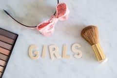 Wort MÄDCHEN mit hölzernen Buchstaben und Zusätze bilden Konzept der weiblichen Identität lizenzfreies stockfoto