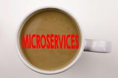 Wort, Microservices-Text in Kaffee in der Schale schreibend Geschäftskonzept für Mikroservices am weißen Hintergrund mit Kopienra Stockfoto