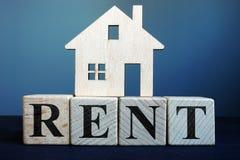 Wort-Miete von den Würfeln und Modell des Hauses Grundbesitz? Häuser, Ebenen für Verkauf oder für Miete stockfotos