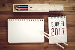 Wort mit 2017 Budgets auf Notizbuchpapierhintergrund Stockfotos