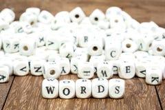 Wort mit Würfeln auf weißem Hintergrund Stockfoto