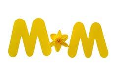 Wort-Mutter buchstabiert mit Stanzen-Papier-Buchstaben und einer Narzisse Stockfoto