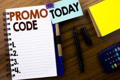 Wort, Promo-Code schreibend Geschäftskonzept für Förderung für das on-line-Geschäft geschrieben auf Buchbriefpapier auf dem hölze Lizenzfreie Stockfotografie