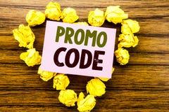 Wort, Promo-Code schreibend Geschäftskonzept für Förderung für das on-line-Geschäft geschrieben auf klebriges Briefpapier auf dem Stockbilder