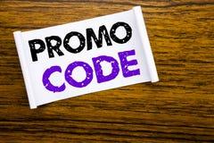 Wort, Promo-Code schreibend Geschäftskonzept für Förderung für das on-line-Geschäft geschrieben auf klebriges Briefpapier auf dem Stockfotos