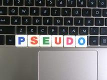 Wort Pseudo auf Tastaturhintergrund stockfoto