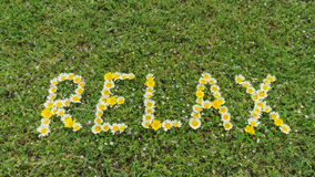 Wort RELAX geschrieben mit Blüten Lizenzfreie Stockbilder
