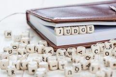 Wort RICHTER auf altem Holztisch Lizenzfreies Stockfoto