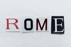 Wort Rom geschnitten von der Zeitung auf Büttenpapier Stockfotos