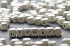 Wort - Scheidung auf dem Tisch gebildet von den hölzernen Buchstaben mit Eheringen Lizenzfreie Stockbilder