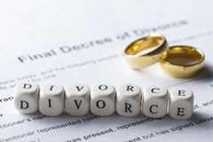 Wort - Scheidung auf dem Tisch gebildet von den hölzernen Buchstaben mit Eheringen Stockbilder