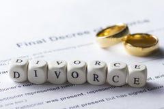 Wort - Scheidung auf dem Tisch gebildet von den hölzernen Buchstaben mit Eheringen Stockfotos