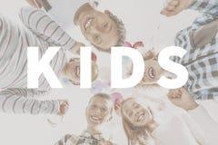 Wort ` scherzt ` und glückliche Kinder lizenzfreie stockfotos