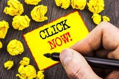 Wort, Schreiben, Text Klicken jetzt Geschäftskonzept für Zeichen-Buch-oder Register-Fahne für Join Apply geschrieben vom Mann, de lizenzfreie stockfotografie