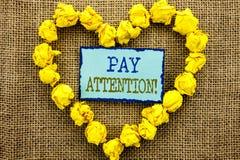 Wort, Schreiben, Text Lohn-Aufmerksamkeit Geschäftskonzept für gibt aufpassen die aufmerksame Warnung acht, die auf klebriges Bri stockfotografie