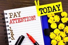 Wort, Schreiben, Text Lohn-Aufmerksamkeit Geschäftskonzept für gibt aufpassen die aufmerksame Warnung acht, die auf Notizbuchbuch lizenzfreies stockbild