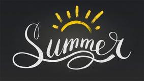 Wort-Sommer in der Art der Kalligraphie oder des Gekritzels Vektorillustration mit Handgezogenem Text und -sonne auf schwarzer Ta lizenzfreie abbildung