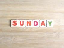 Wort Sonntag auf hölzernem Hintergrund lizenzfreie stockbilder