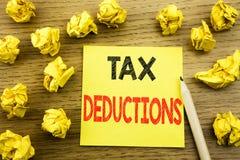 Wort, Steuerabzüge schreibend Geschäftskonzept für Finanzden ankommenden Steuer-Geld-Abzug geschrieben auf klebriges Briefpapier  Lizenzfreie Stockfotografie