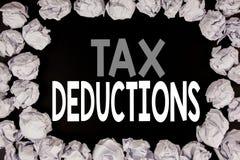 Wort, Steuerabzüge schreibend Geschäftskonzept für Finanzden ankommenden Steuer-Geld-Abzug geschrieben auf schwarzen Hintergrund  Lizenzfreies Stockbild