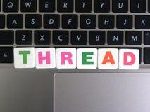 Wort-Thread auf Tastaturhintergrund Lizenzfreie Stockbilder