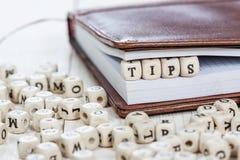 Wort TIPPS auf altem Holztisch Lizenzfreie Stockfotografie
