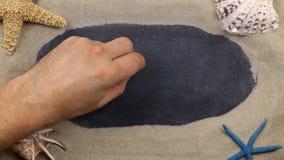 Wort TRÄUME, geschrieben auf eine Tafel unter den Muscheln und Starfishes, die auf dem Sand liegen Handgeschriebene Wörter stock video footage