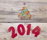 Wort 2014 und kräuselnder Papierweihnachtsbaum Lizenzfreie Stockfotografie