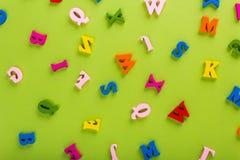 Wort von Englisch von Farbhölzernen Buchstaben des Alphabetes lizenzfreie stockbilder