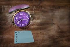 Wort von, zum der Liste auf klebriger Anmerkung mit Retro- Uhr zu tun Lizenzfreies Stockfoto